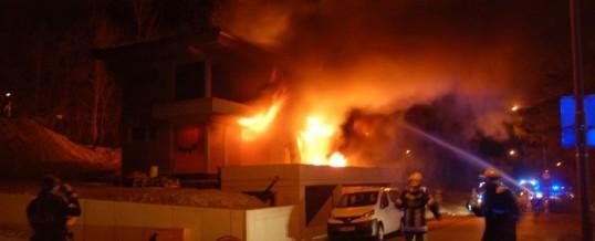 Rohbau in Flammen